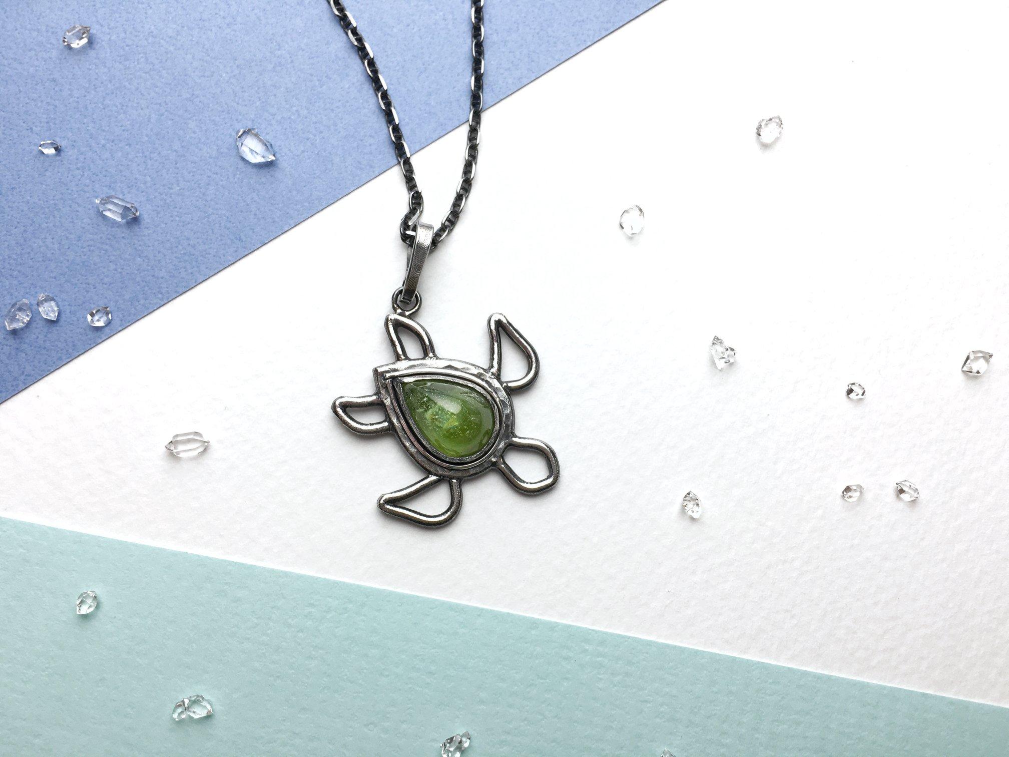 海龜小墜。橄欖石版